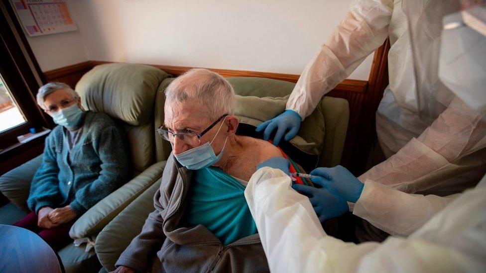 Vacinação em uma casa de repouso em Maiorca, Espanha.