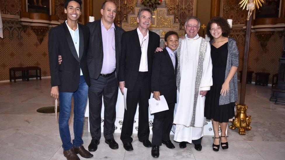 Família fotografada após batizado