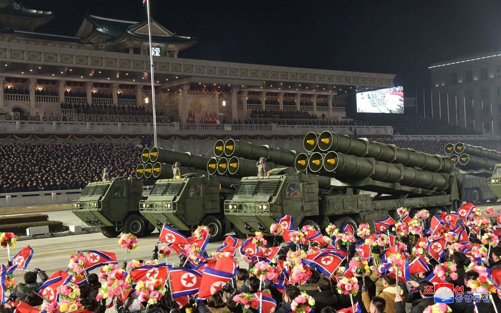 Equipamento militar é visto em desfile para celebrar o oitavo Congresso do Partido dos Trabalhadores em Pyongyang, na Coreia do Norte, em 14 de janeiro — Foto: KCNA via Reuters