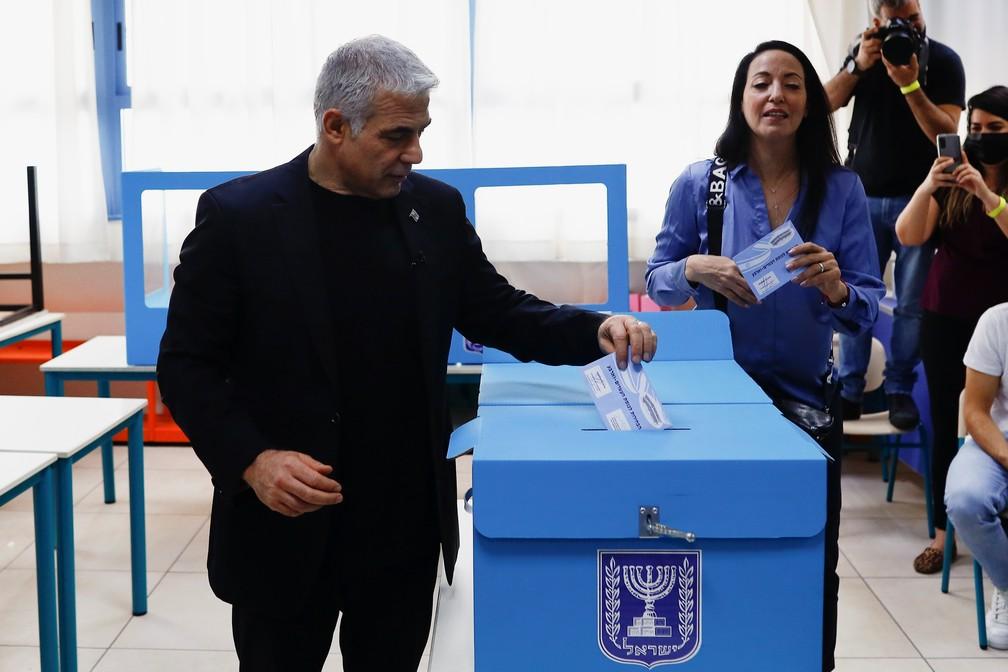 Yair Lapid, candidato do partido opositor Yesh Atid, vota em Tel Aviv para as eleições de Israel nesta terça-feira (23) — Foto: Corinna Kern/Reuters