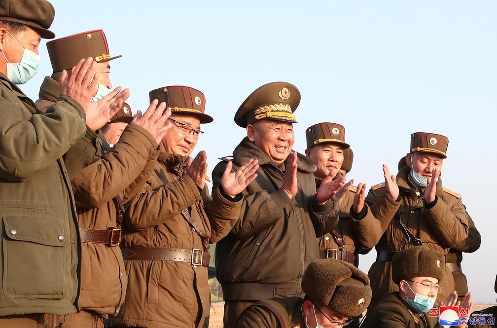 Ri Pyong-chol, no centro, aplaude com outros militares o lançamento de um míssil na Coreia do Norte, em foto divulgada nesta sexta (26) — Foto: KCNA via Reuters