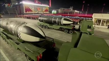 Coreia do Norte exibe mísseis que podem ser lançados de submarino