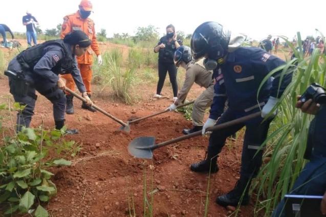 Os corpos só foram localizados e desenterrados por uma equipe do Corpo de Bombeiros nesta segunda-feira (22)