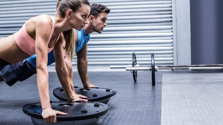 Bosu; casal faz exercício; atividade física - iStock / Getty Images Plus - iStock / Getty Images Plus