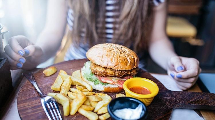 fast-food, hambúrguer, batata frita, lanche - iStock - iStock
