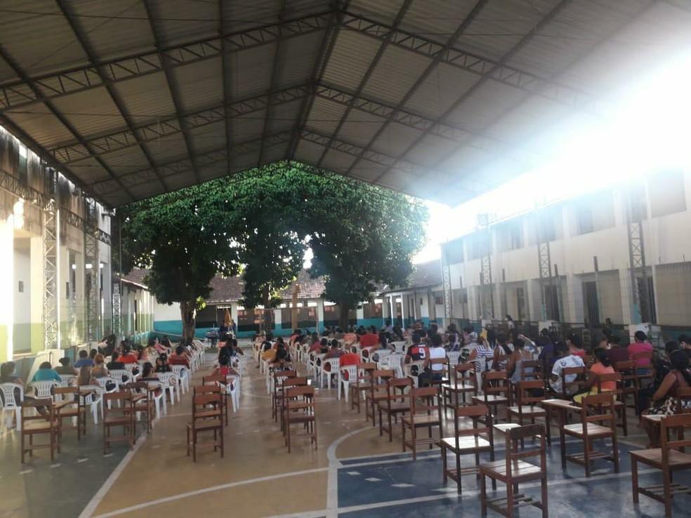 Beneficiários do Renda Pará ficaram acomodados em cadeiras na quadra de escola no município de Óbidos — Foto: Comunicação PMO/Divulgação