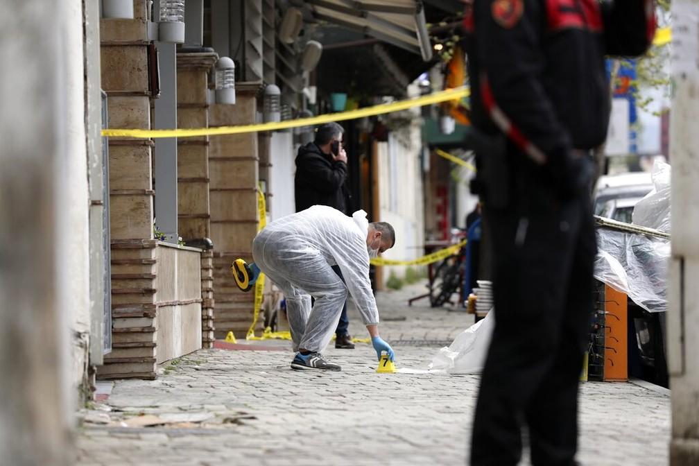 Policial investiga mesquita Dine Hoxha, em Tirana (Albânia), onde homem esfaqueou cinco pessoas nesta segunda-feira (19) — Foto: AP Photo