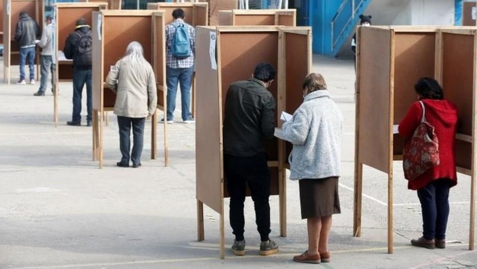 Chilenos elegeram os 155 integrantes que redigirão a Constituição — Foto: Reuters via BBC