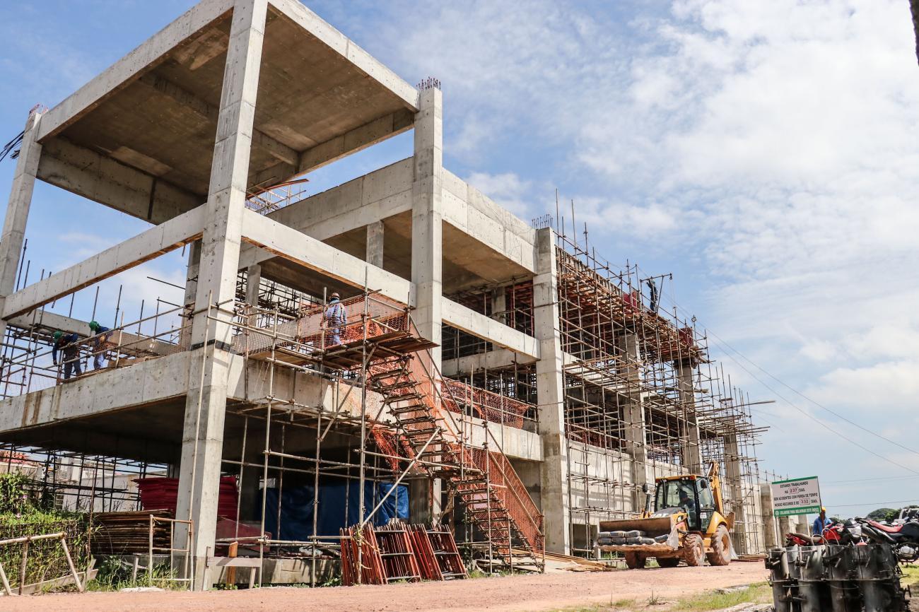 Uma das etapas atuais é a construção do prédio onde ocorre uma parte do tratamento dos esgotos
