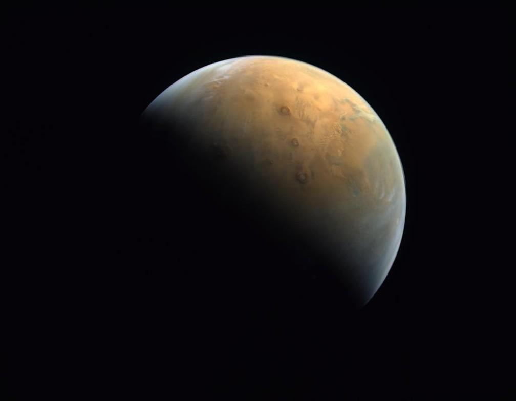Foto divulgada pelos Emirados Árabes como a primeira de sua missão Esperança do palenta Marte — Foto: Reprodução/Twitter/ Mohammed bin Rashid Al-Maktoum