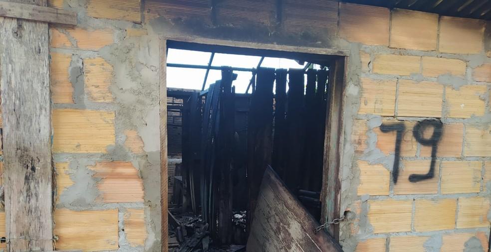 Casa fica destruída após incêndio em Paragominas. — Foto: Reprodução / TV Liberal