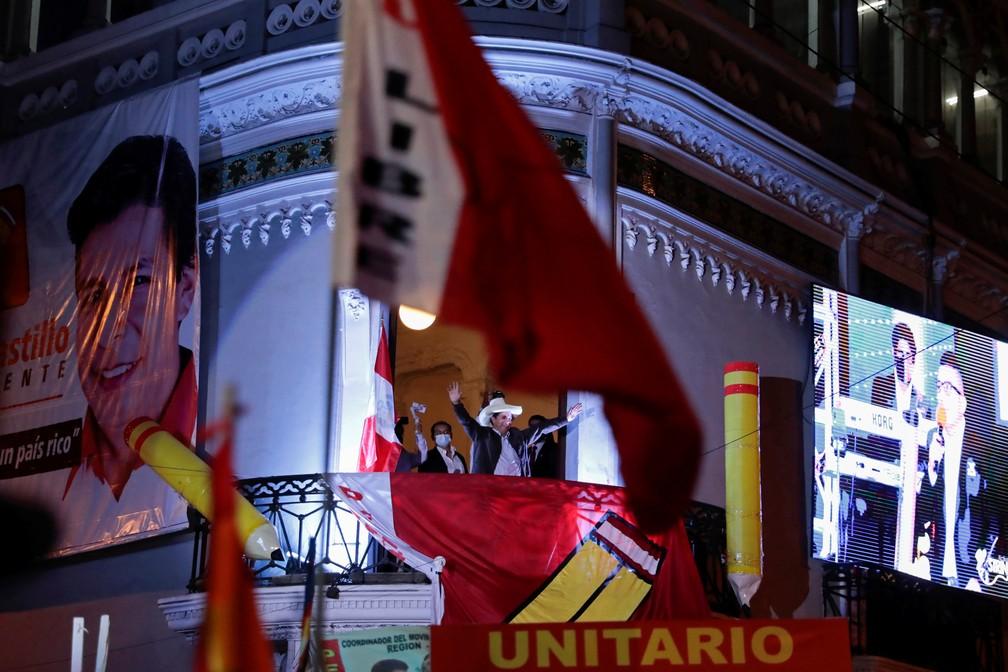 Pedro Castillo fala a apoiadores em sacada de prédio em Lima na terça-feira (15) — Foto: Alessandro Cinque/Reuters